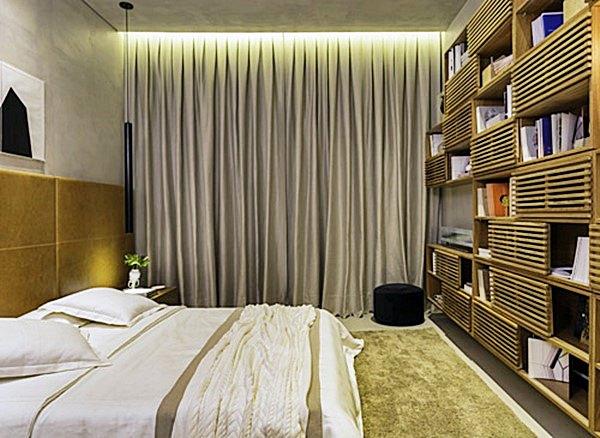 Este quarto, da Mostra Quartos, by Gisele Taranto, tem tapete, cortina, cabeceira e parede revestida, uma estante com madeira … tudo de bom para que o barulho atrapalhe menos