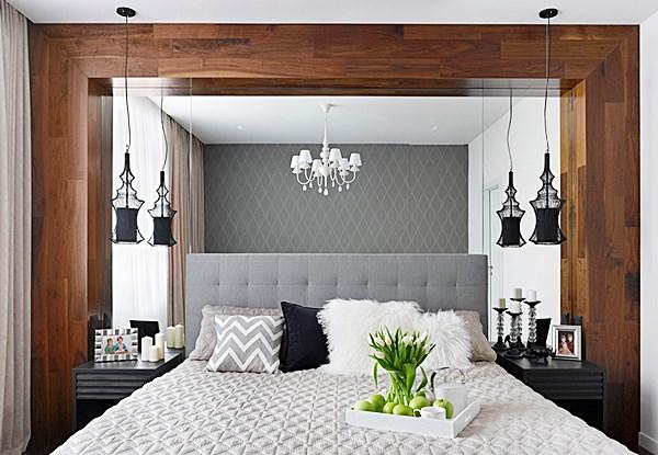 Neste quarto, a madeira, as cortinas, a cabeceira e o papel de parede são ótimos para melhorar a acústica. Mas o espelho não. Ele é uma superfície dura.
