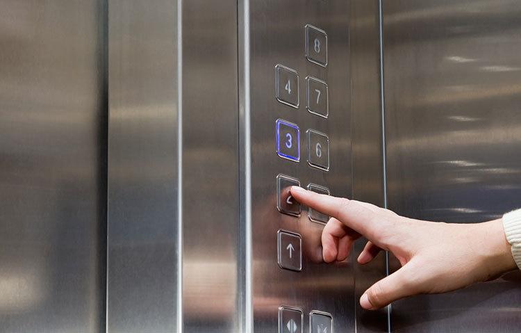 Preso no elevador: saiba o que fazer quando estiver nessa situação